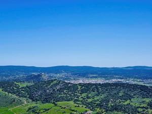 Vista general de Burguillos del Cerro y su entorno natural.  Fotografía de Víctor Gibello.