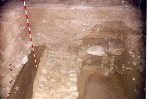 Muro de cimentación hallado en las excavaciones de 1989. Fotografía publicada por C. Escribano