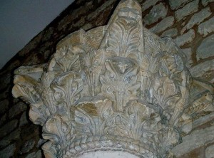 Uno de los capiteles corintios conservados, de clara filiación clásica. Fotografías de C. Escribano.