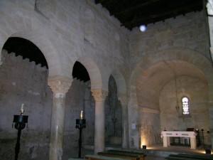 Interior de San Juan de Baños, con el santuario al fondo. Foto I. Sastre.