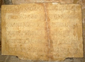 San Juan de Baños. Placa de la inscripción conmemorativa de la fundación regia de Recesvinto.
