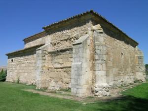 Exterior SO de San Juan de Baños, que conserva el arranque de las bóvedas de las capillas laterales originarias. Foto: I. Sastre.